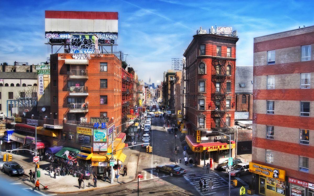Фото бесплатно улица, день, небо, голубое, свет, дорога, асфальт, автомобили, дома, высотки, окна, фонари, деревья, люди, город, город