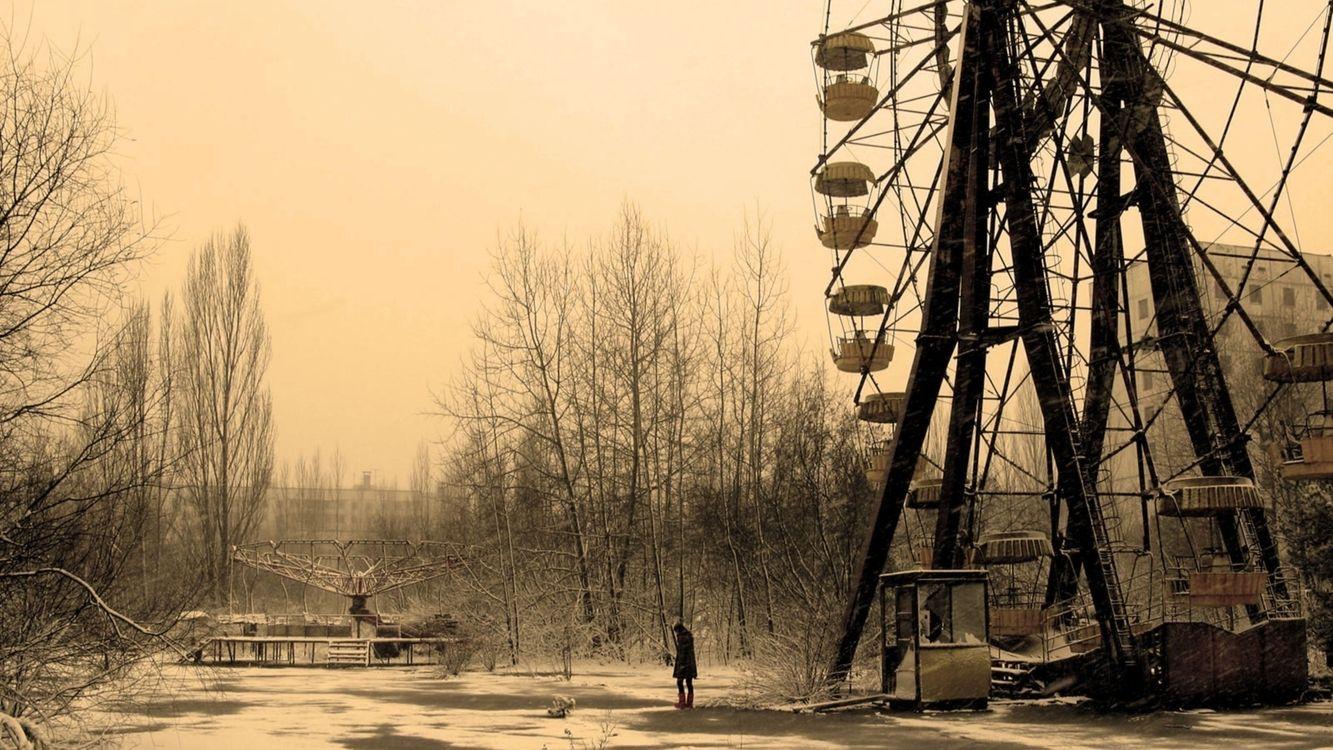 Фото бесплатно парк развлечений, заброшенный, девушка, кабинка, разбитая, карусель, зима, черно-белая, фото, разное, разное