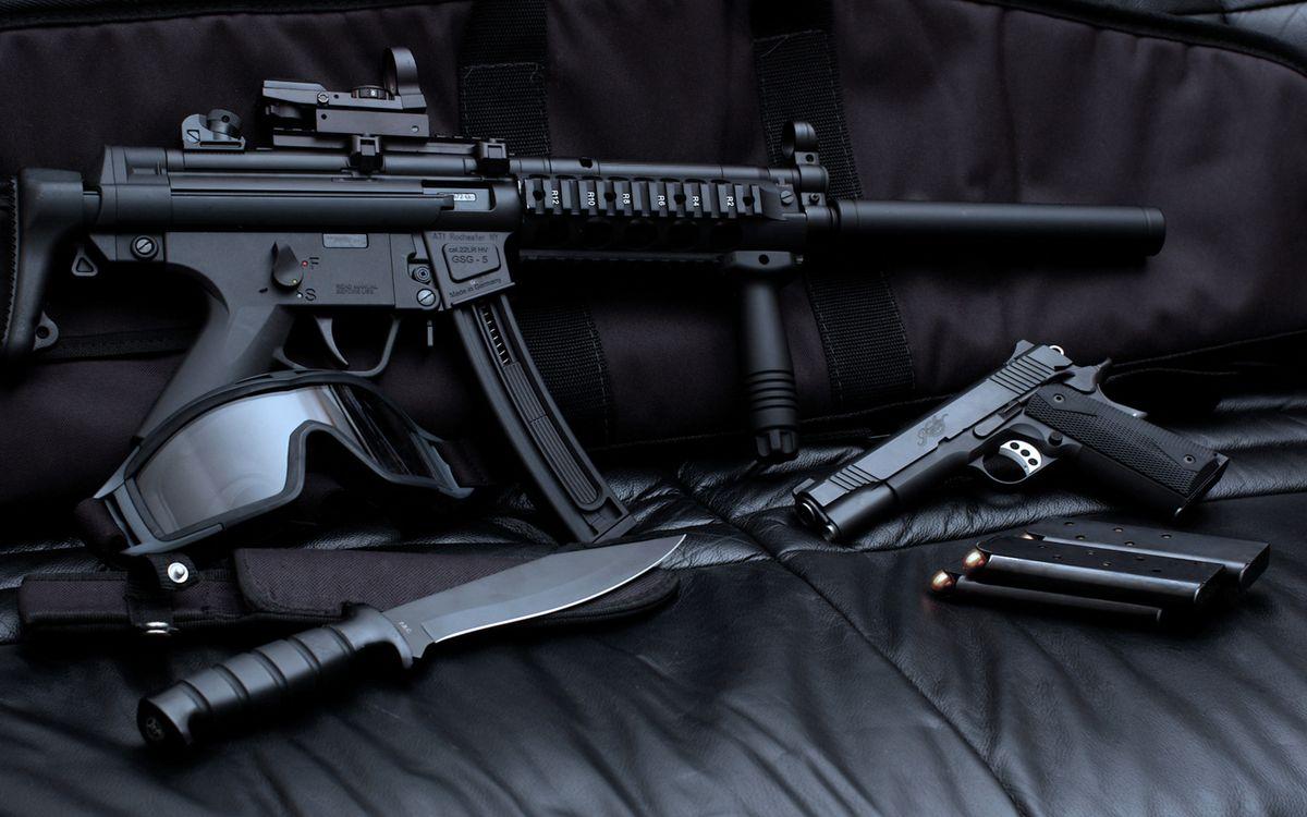 Фото бесплатно автомат, нож, пистолет, обоймы, пули, калибр, диван, прицел, курок, оружие, оружие