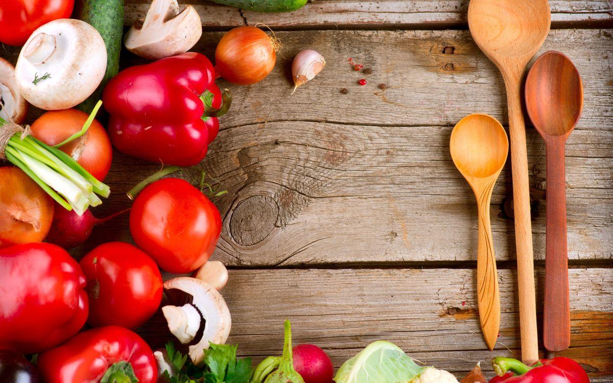 Фото бесплатно дерево, стол, ложки, перец, томат, помидоры, грибы, лук, капуста, еда, еда