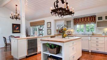 Бесплатные фото кухня,стол,цветы,люстра,картина,окна,интерьер