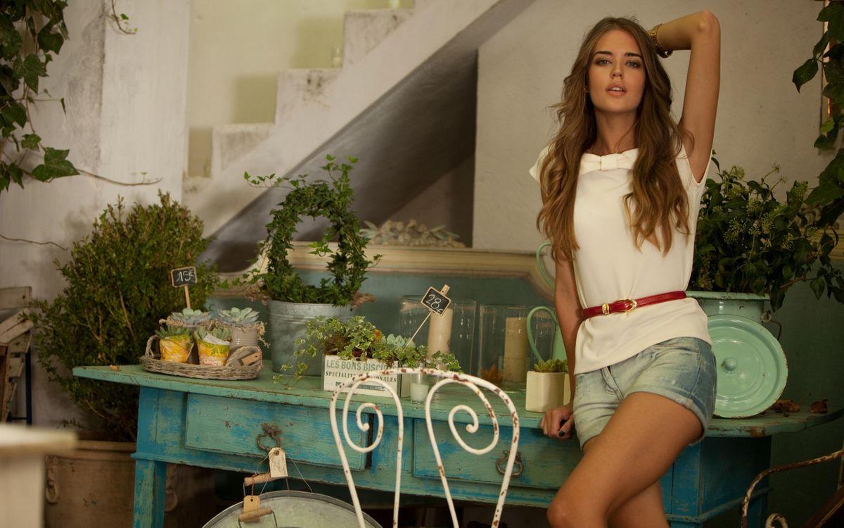 Фото бесплатно шатенка, красотка, шорты, помещение, стол, растения, девушки, девушки