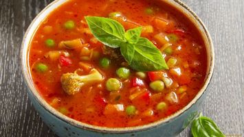 Бесплатные фото суп,оранжевый,зелень,тарелка,белая,стол,еда