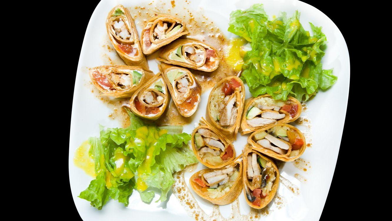 Фото бесплатно закуска, лаваш, порции, тарелка, салат, начинка, соус, блюдо, листья, еда, еда