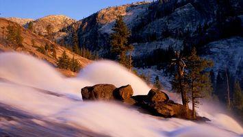 Бесплатные фото гора,возвышенность,вечер,скала,деревья,туман,вода