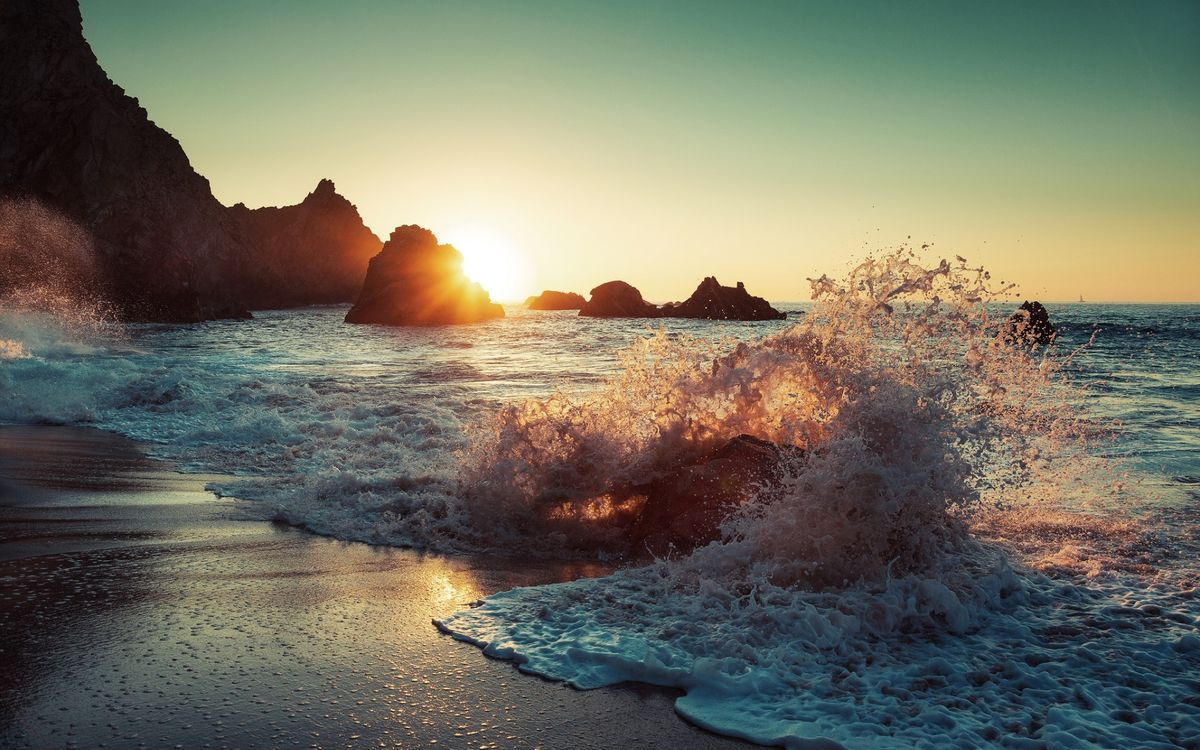 Фото бесплатно берег, океан, волны, валун, брызги, скала, песок, закат, солнце, горизонт, парусник, пейзажи, пейзажи