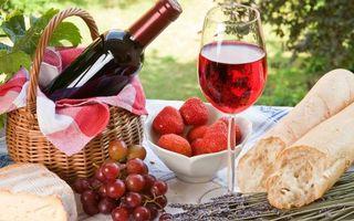 Фото бесплатно бутылка, вино, корзины, бокалы, фужеры, клубника, пикник, багет, стол, напитки, еда, булка