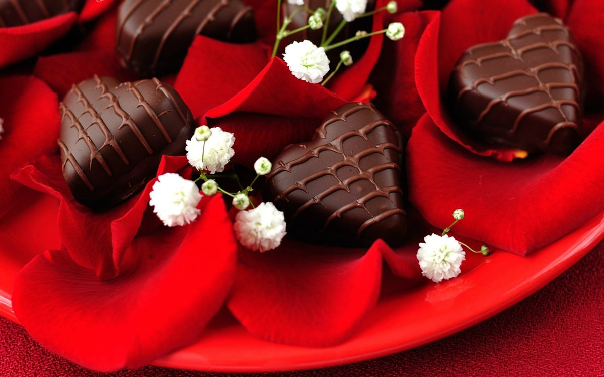Фото бесплатно десерт, сладости, конфеты, шоколад, тарелка, лепестки, еда, еда