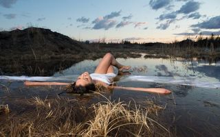 Photo free girl, in a puddle, grass