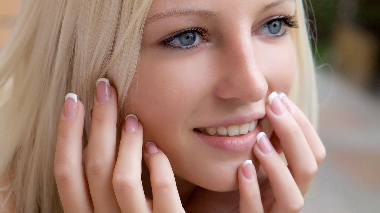 Фото бесплатно девушка, блондинка, молодая, глаза, голубые, ногти, маникюр, ресницы, макияж, кожа, брови, нос, прическа, девушки, девушки