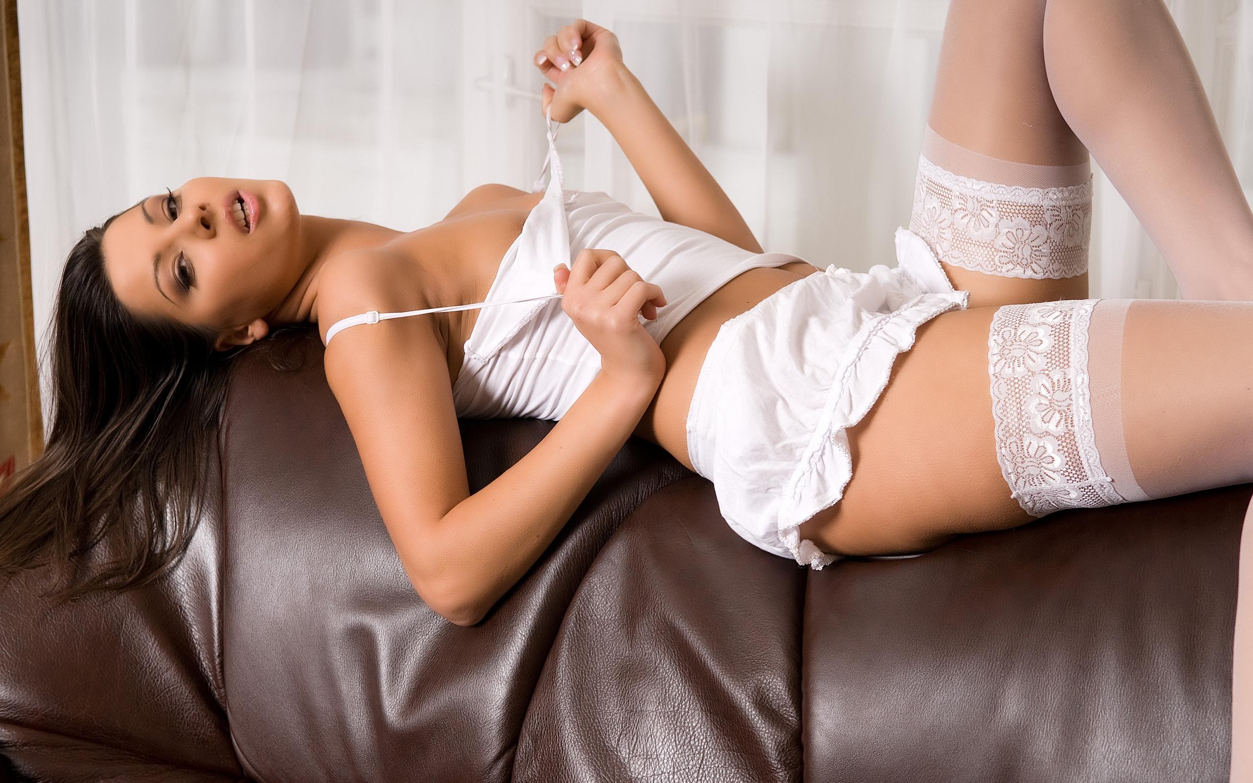 диван, брюнетка, топик