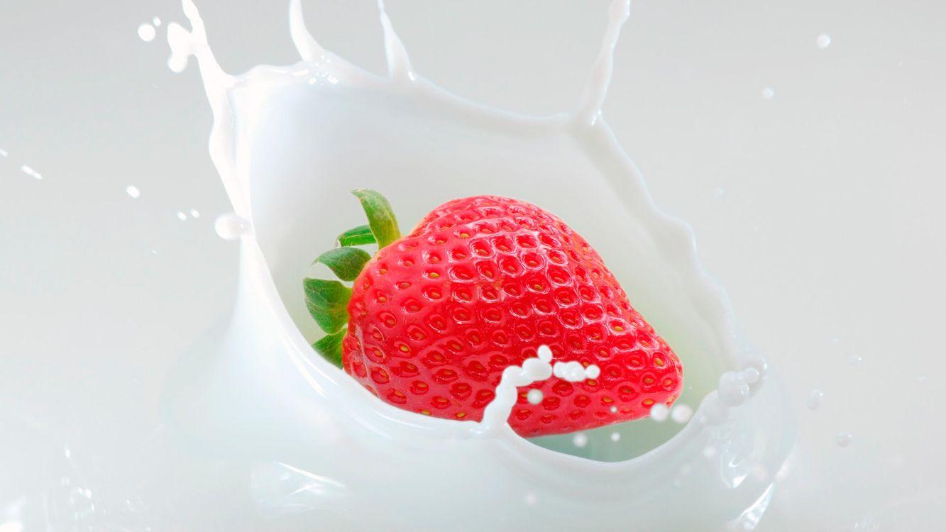 Фото бесплатно клубника, красная, сливки, белые, капли, брызги, еда, еда