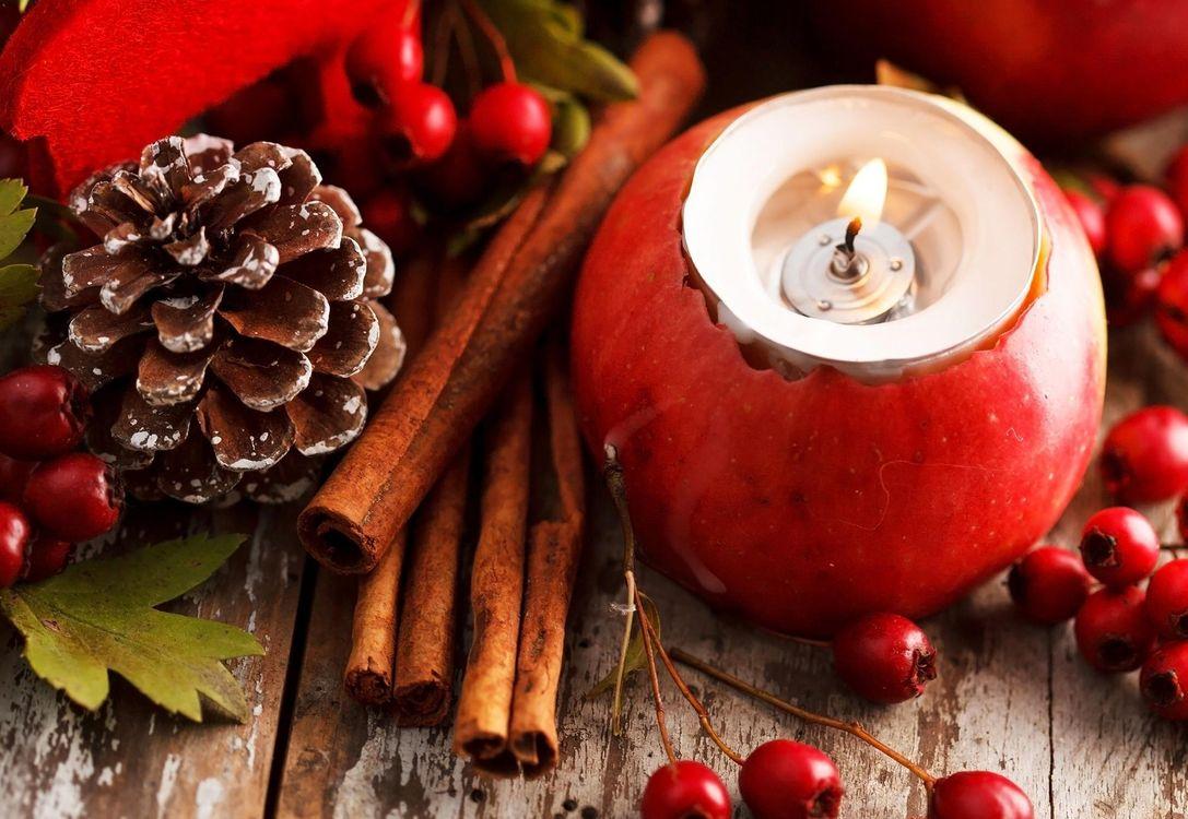 Фото бесплатно корица, шишка, яблоко, свеча, красное, праздники, праздники - скачать на рабочий стол