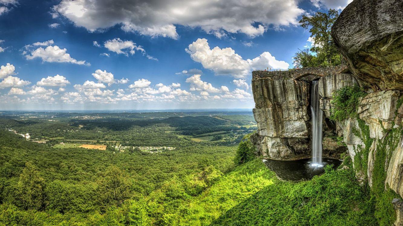 Фото бесплатно обрыв, скалы, водопад, деревья, трава, небо, облака, пейзажи, пейзажи