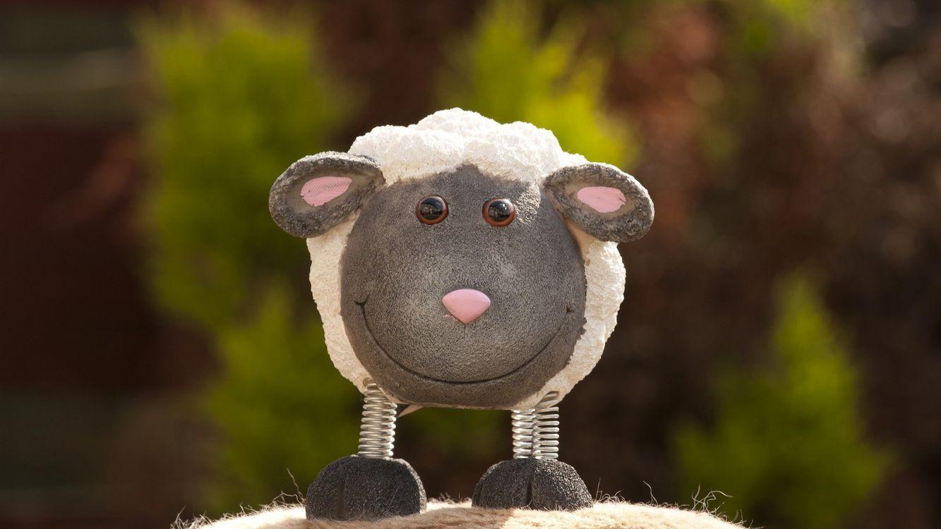 Фото бесплатно овечка, игрушка, мягкая, ножки, пружины, глаза, нос, уши, животные, настроения, разное, разное