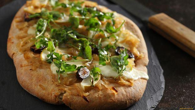 Бесплатные фото пирог,зелень,сыр,оливки,соус,нож,еда