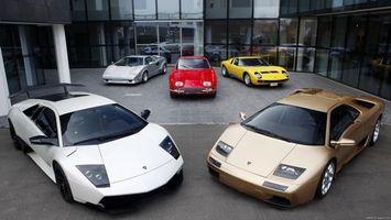 Фото бесплатно lamborghini, желтый, білий, червоний, двери, кузов, колеса, дорога, асфальt, зеленый, парковка, машины
