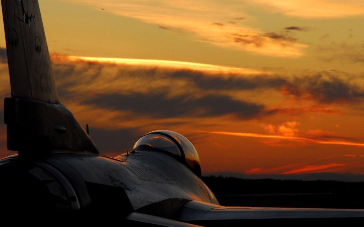 Фото бесплатно истребитель, пейзаж, небо, закат, лето, крыло, хвост, авиация, авиация