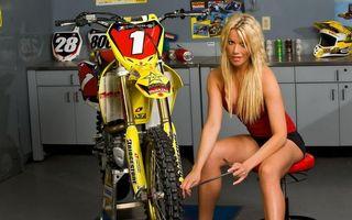 Фото бесплатно блондинка, мотоцикл, ремонтирует