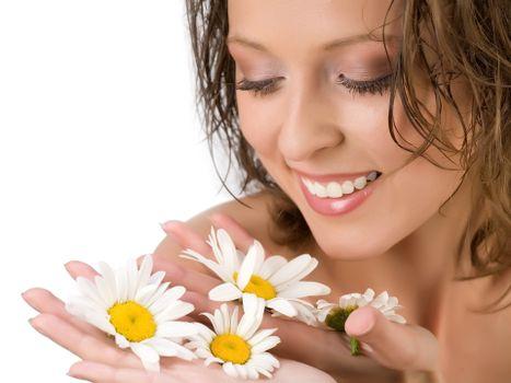 Бесплатные фото девушка,брюнетка,волосы,зубы,нос,глаза,брови,руки,ромашки,цветы,ладонь,девушки