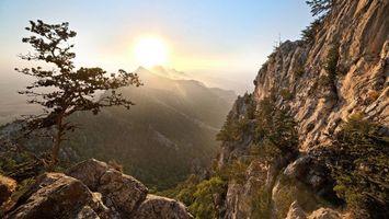 Фото бесплатно горы, скалы, камни, растительность, небо, солнце