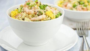 Бесплатные фото рис, зелень, креветки, тарелка, вилка, скатерть, еда