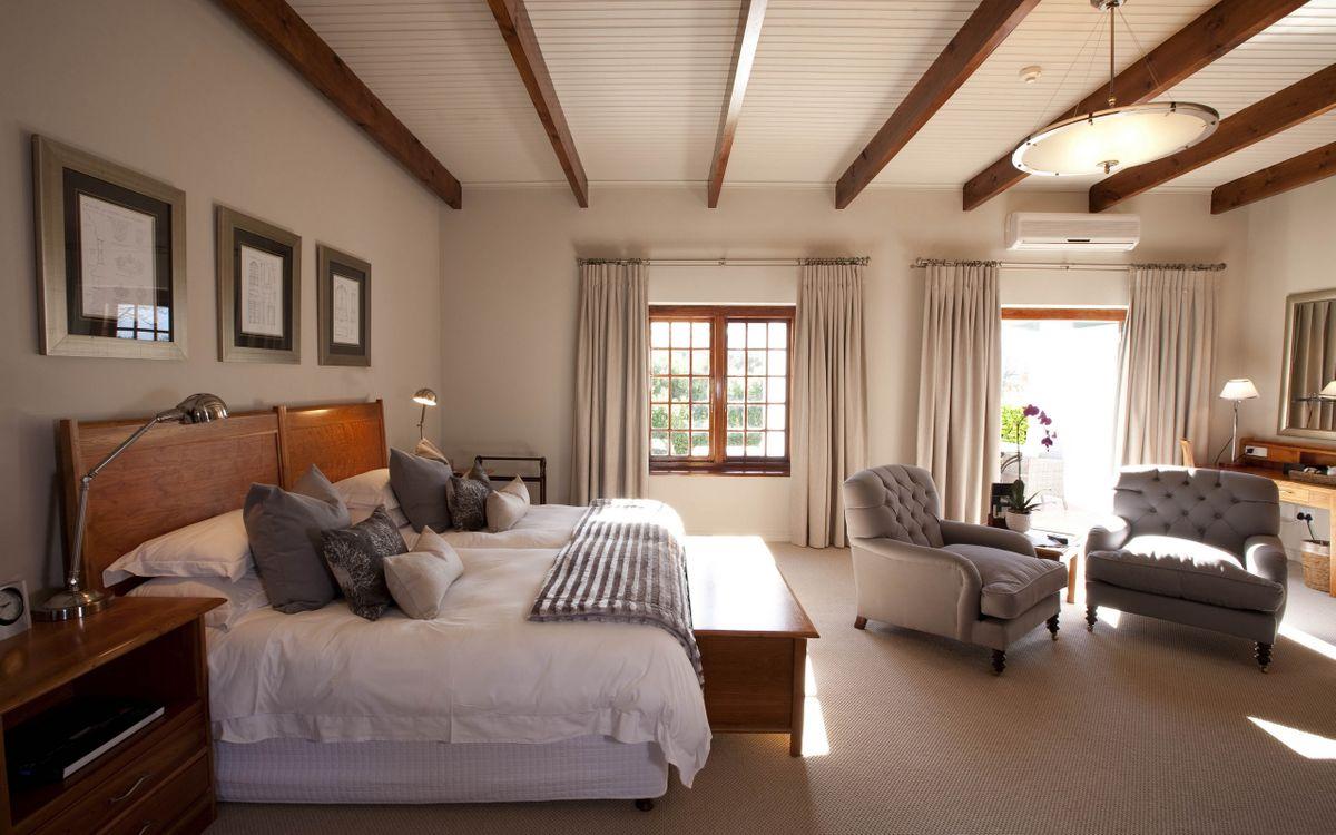 Фото бесплатно спальня, кровать, кресла, люстра, зеркало, окно, интерьер, интерьер