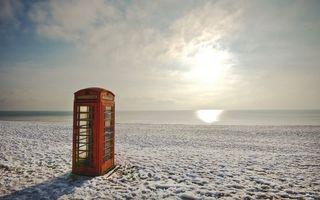 Обои телефон, будка, красная, море, песок, небо, минимализм