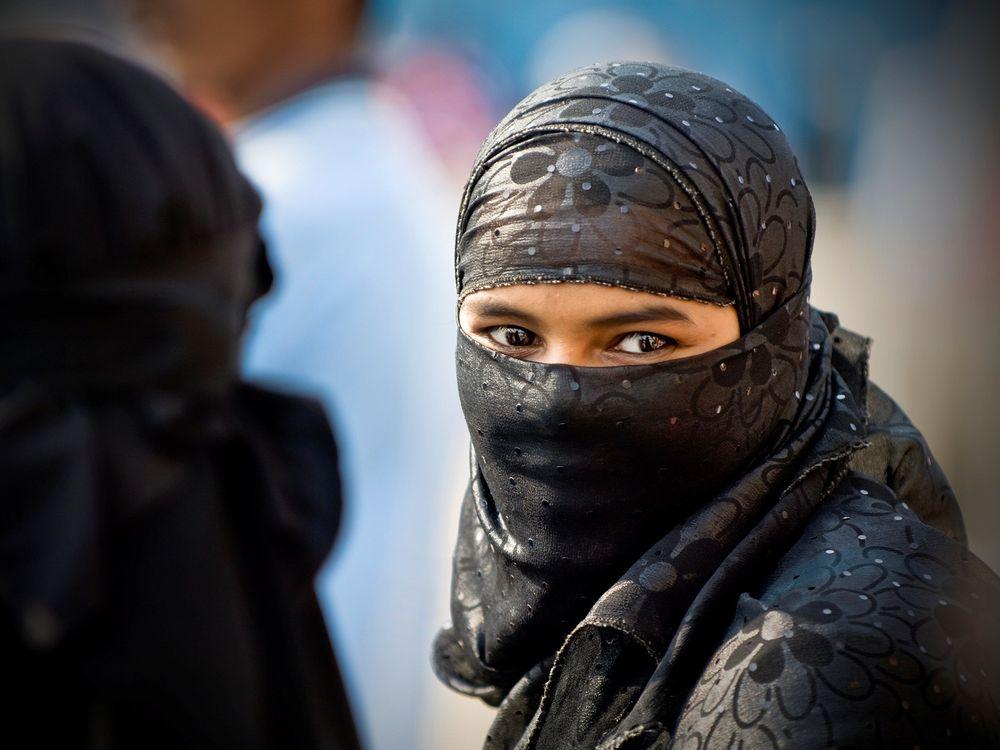 Фото бесплатно восточная, красавица, мусульманка, одежда, стиль, форма, традиция, глаза, брови, фото, девушки, девушки