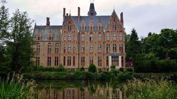 Фото бесплатно замок, окна, крыша, озеро, отражение, деревья, кустарник, стиль