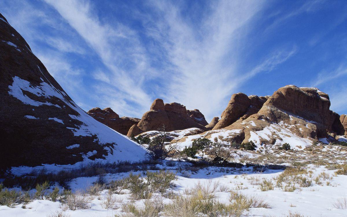 Фото бесплатно зима, снег, горы, камни, трава, сухая, небо, облака, природа, природа