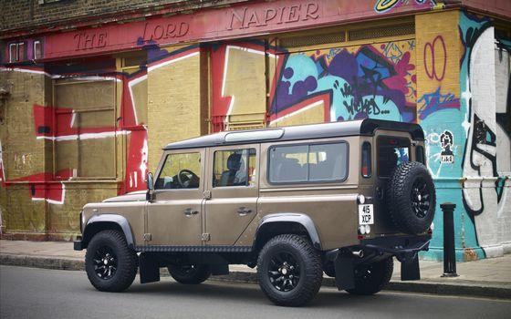Фото бесплатно land rover, defender, джип, внедорожник, колесо, кузов, здание, дом, граффити, машины