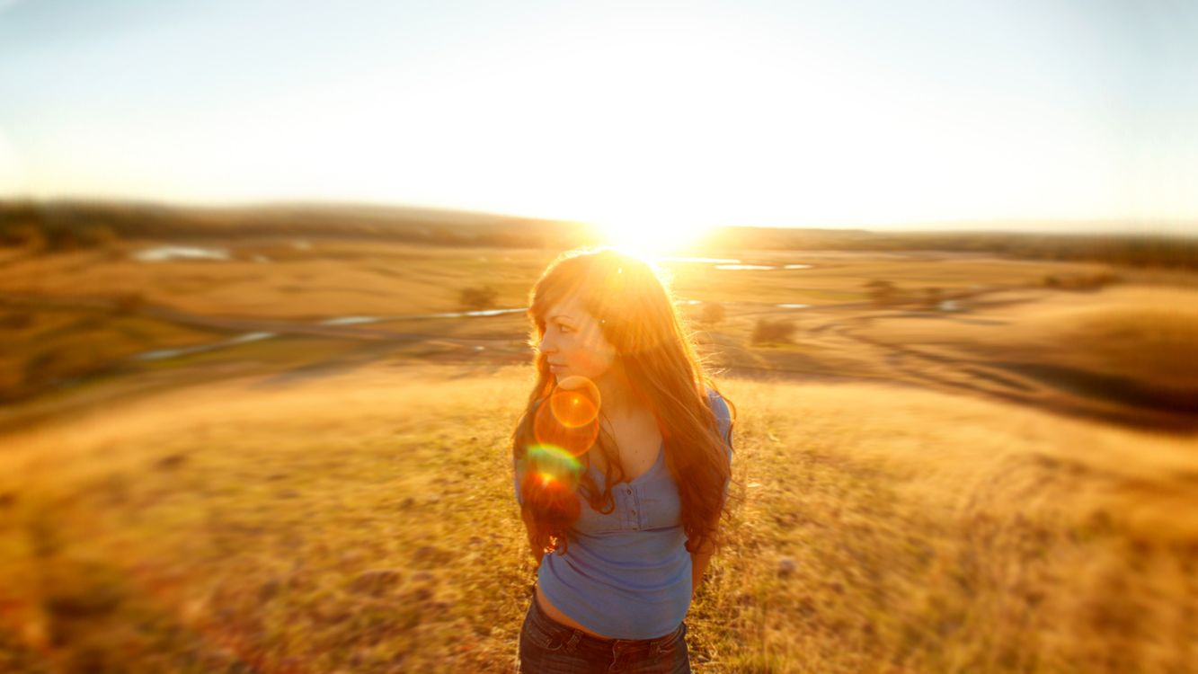 Фото бесплатно девушка, поле. солнце, лучи - на рабочий стол