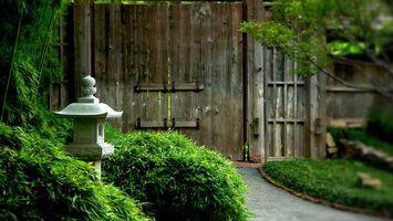 Заставки двор, забор, ворота, дорожка, кустарник, газон, разное