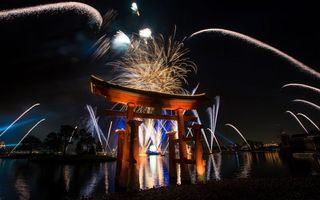 Бесплатные фото фейерверк,япония,праздник,океан,дома,ночь,огни