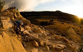 Заставки камни,горы,скалы,велосипедист,солнце,горизонт,фото