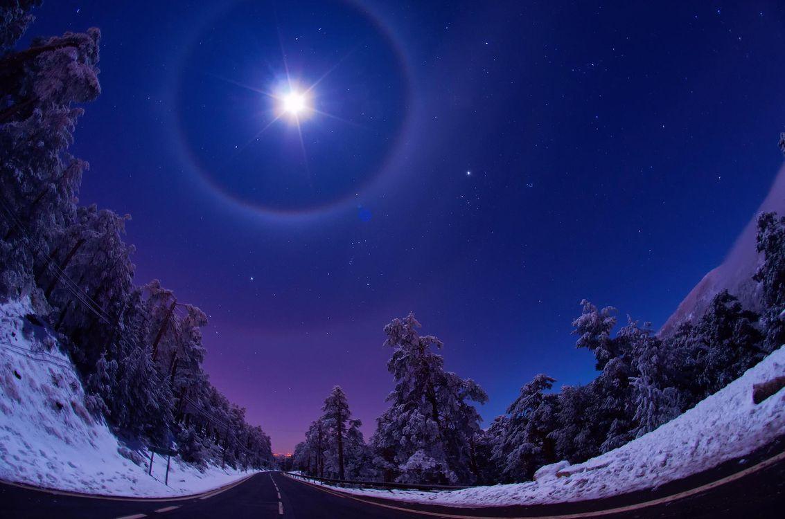 Фото бесплатно небо, ночь, зима, искажение, снег, дорога, трасса, деревья, луна, свет, природа, природа