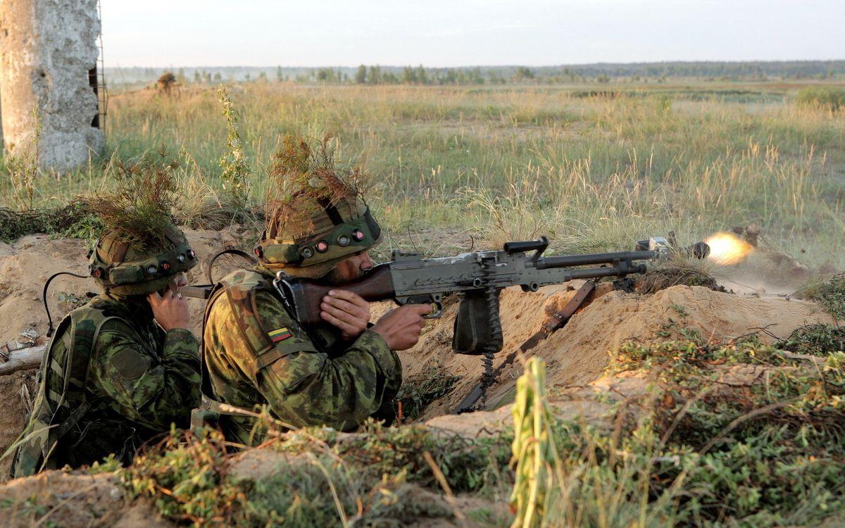 Фото бесплатно окопа, солдаты, обмундирование, пулемет, лента, огонь, оружие, оружие