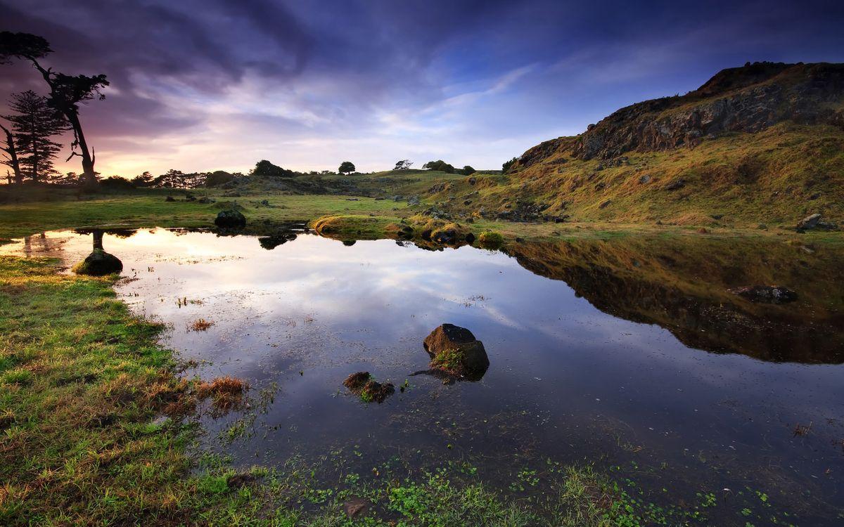 Фото бесплатно озерцо, камни, отражение, трава, сопка, деревья, небо, облака, природа, природа