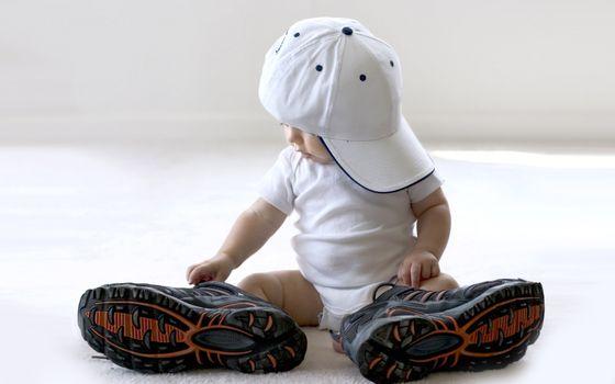 Бесплатные фото ребенок,малыш,бейсболка,кроссовки,большие,наряд,разное