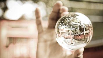 Обои шар, рука, отражение, блеск, поверхность, улица, дом, пальцы, стекло, разное