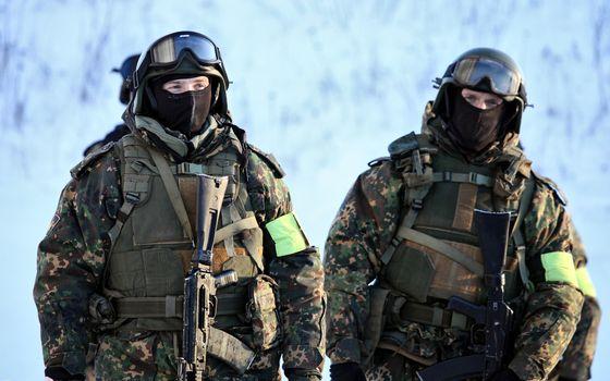 Бесплатные фото солдаты,воины,форма,камуфляж,автоматы,снег,каски,очки,мужчины