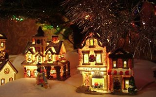Бесплатные фото снег,игрушки,под ёлкой,домики,снежок,декорация