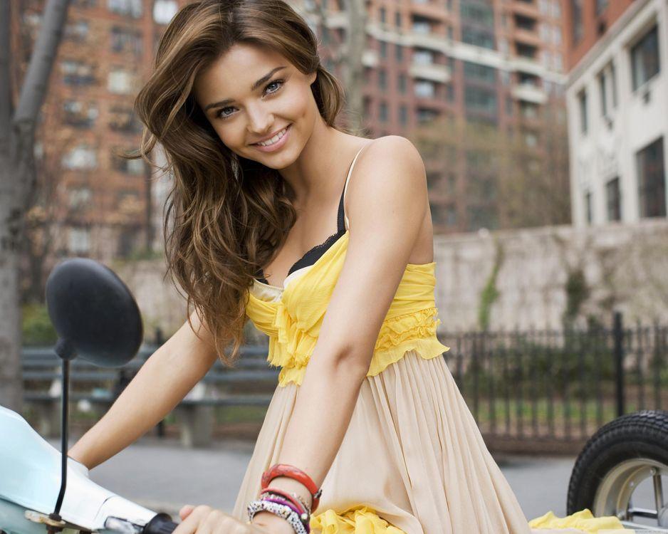 Фото бесплатно miranda kerr, bike, мотоцикл, улыбка, блондинка, outdoor, девушки, девушки