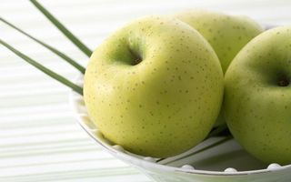 Заставки яблоки,зеленые,тарелка,белая,вкусно,красиво,еда