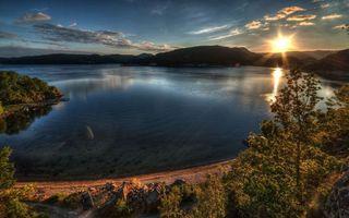 Бесплатные фото закат,солнце,небо,озеро,берег,горы,дома