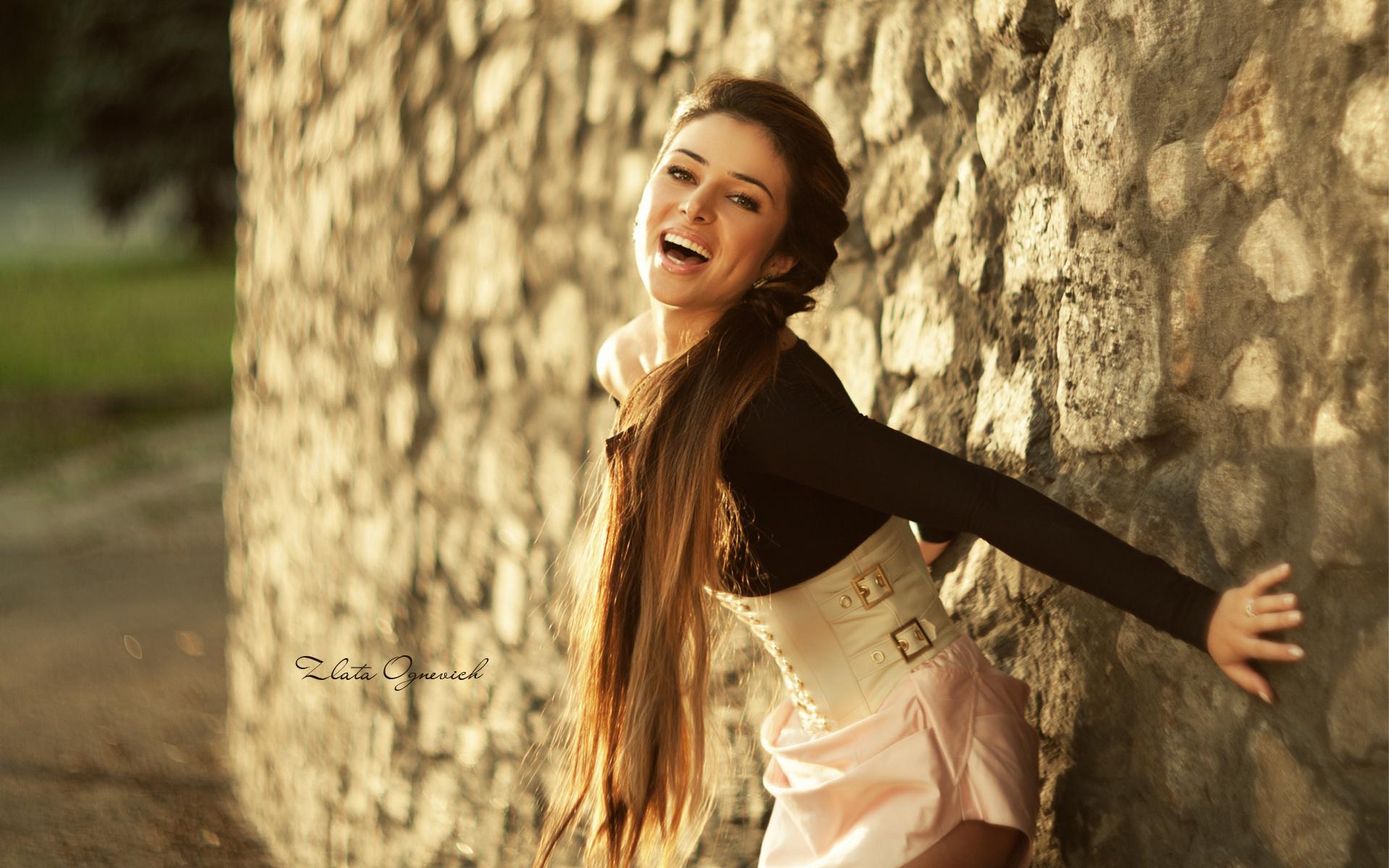 Фото красивых девушек на фоне стены