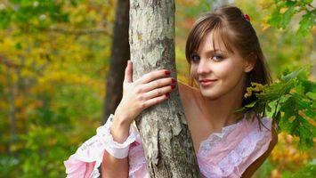 Бесплатные фото девушка,шатенка,голубые,глаза,лес,дерево,листья