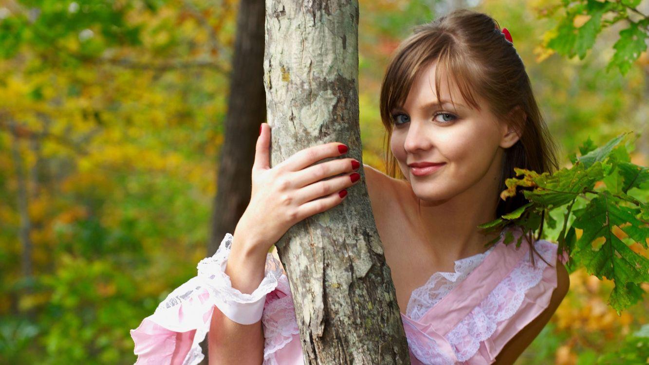 Фото бесплатно девушка, шатенка, голубые, глаза, лес, дерево, листья, осень, настроение, девушки, девушки - скачать на рабочий стол