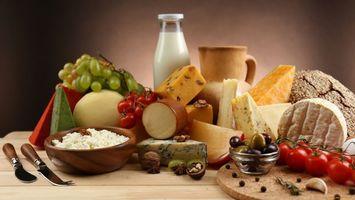 Обои молоко, сыр, помидоры, виноград, хлеб, колбаса, еда